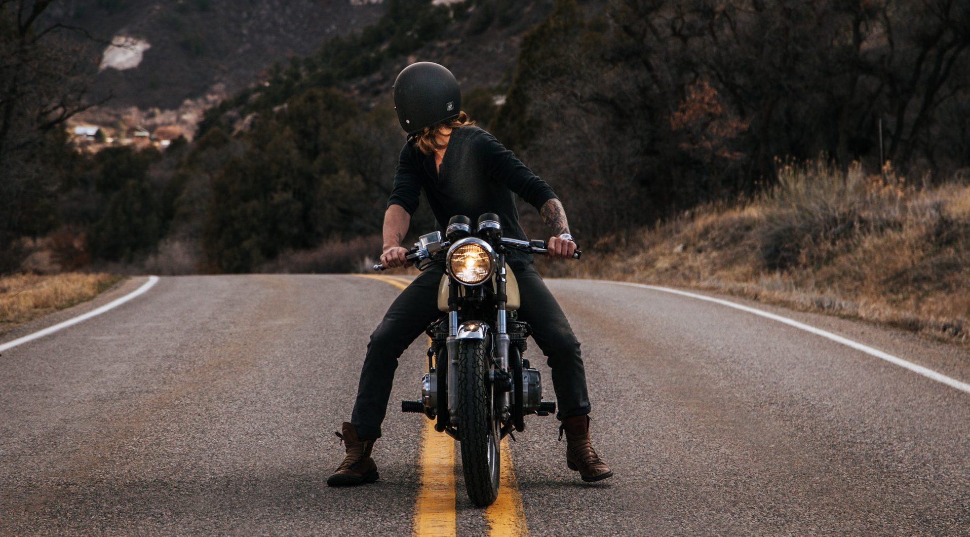 człowiek na motocyklu oglądający się za siebie