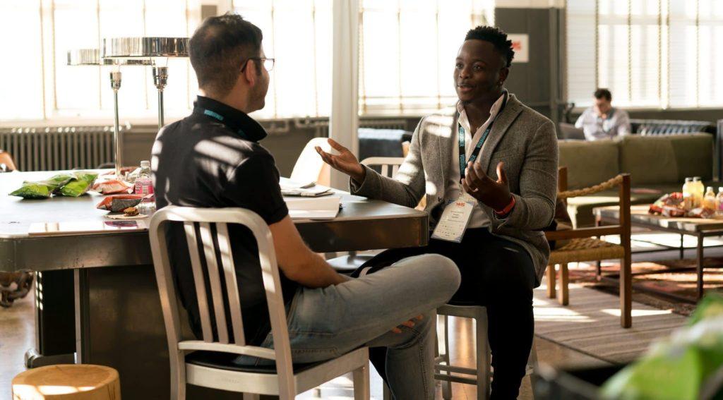 dwóch rozmawiających mężczyzn