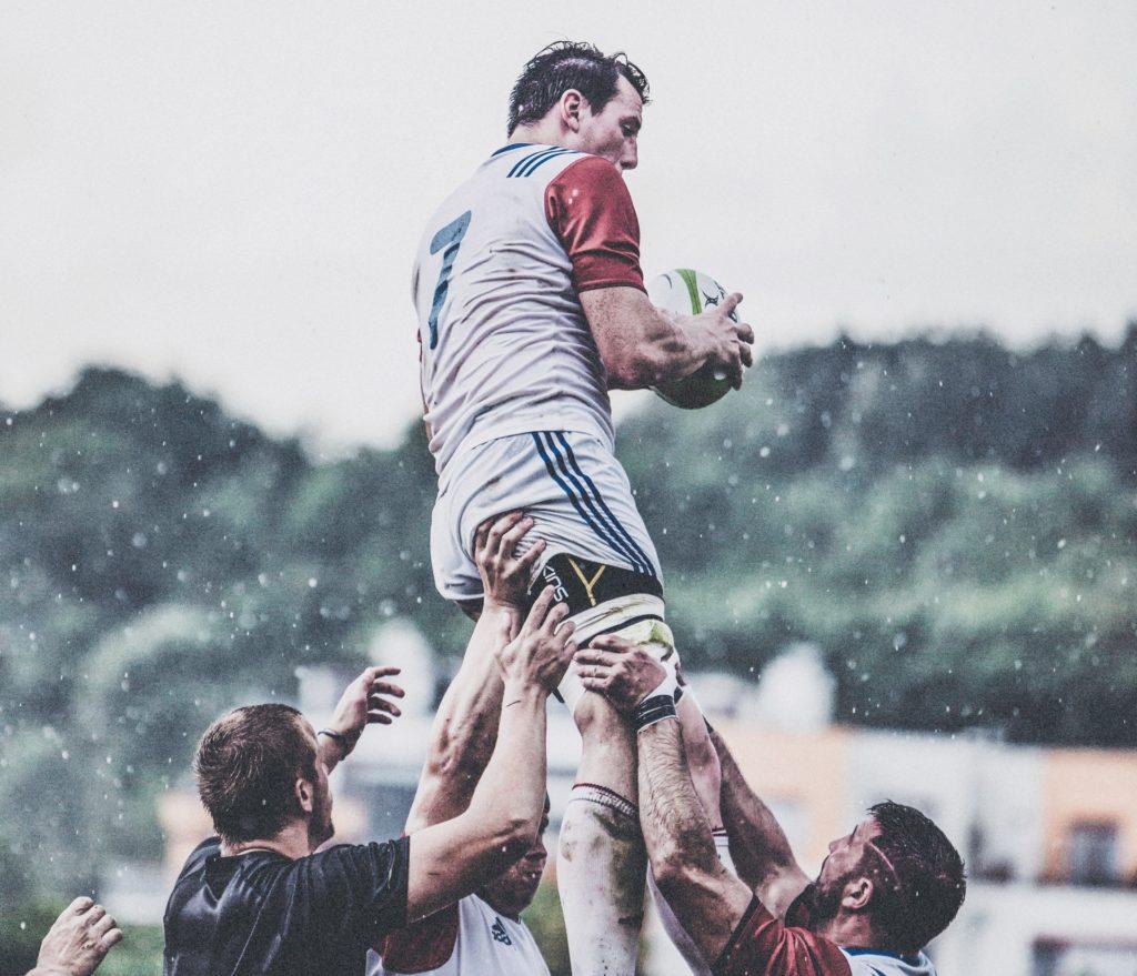 mężczyźni grający w rugby