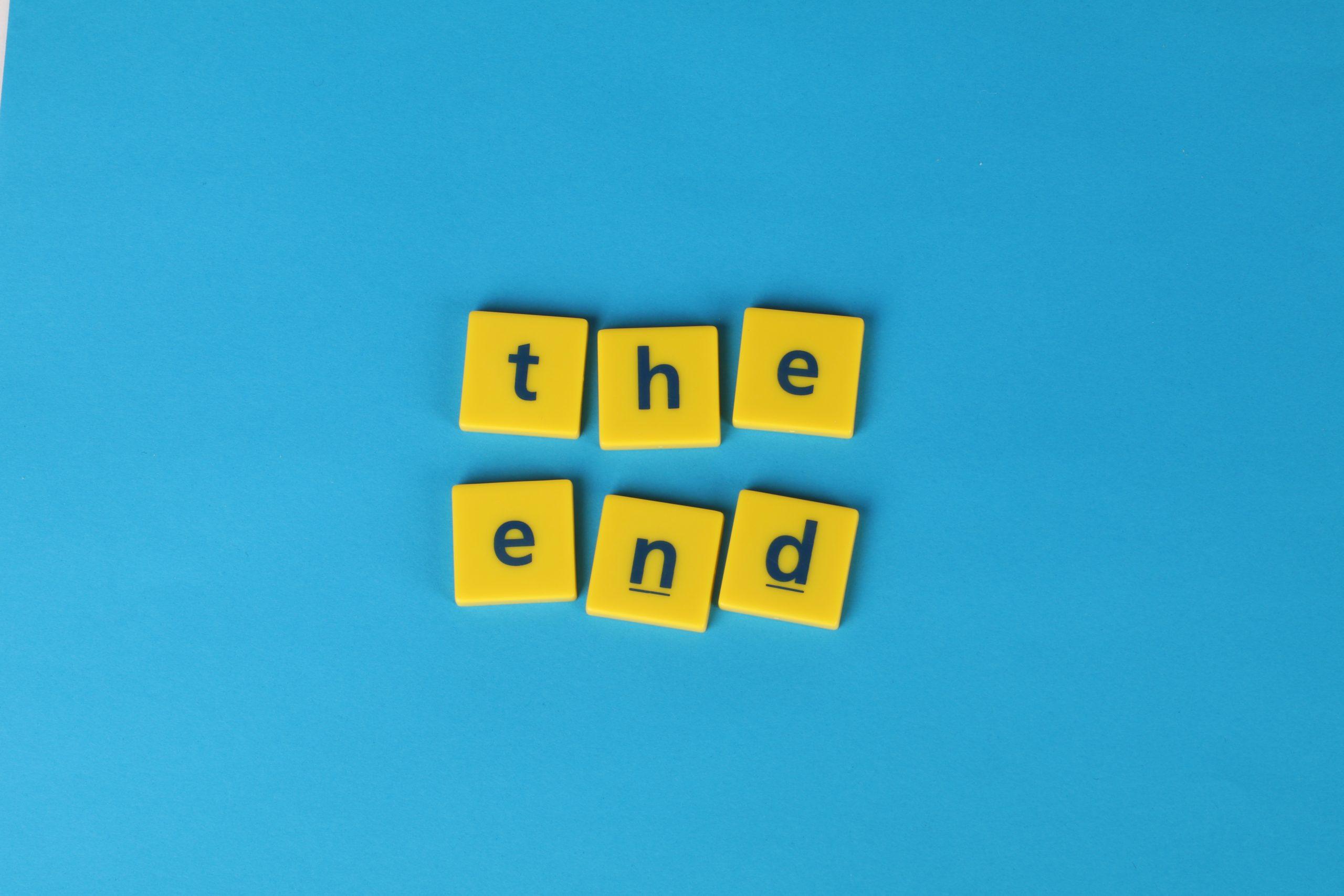 żółte klocki z napisem the end na niebieskim tle