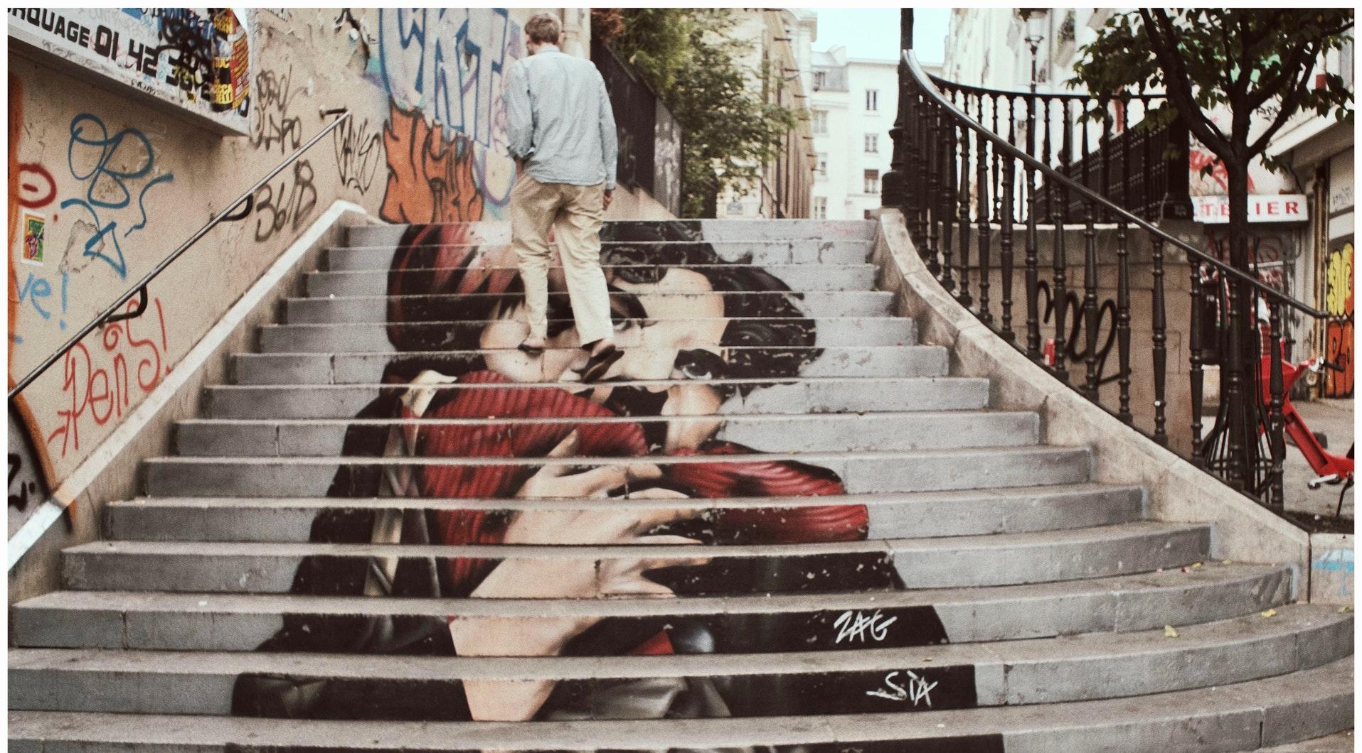 mężczyzna idący po schodach
