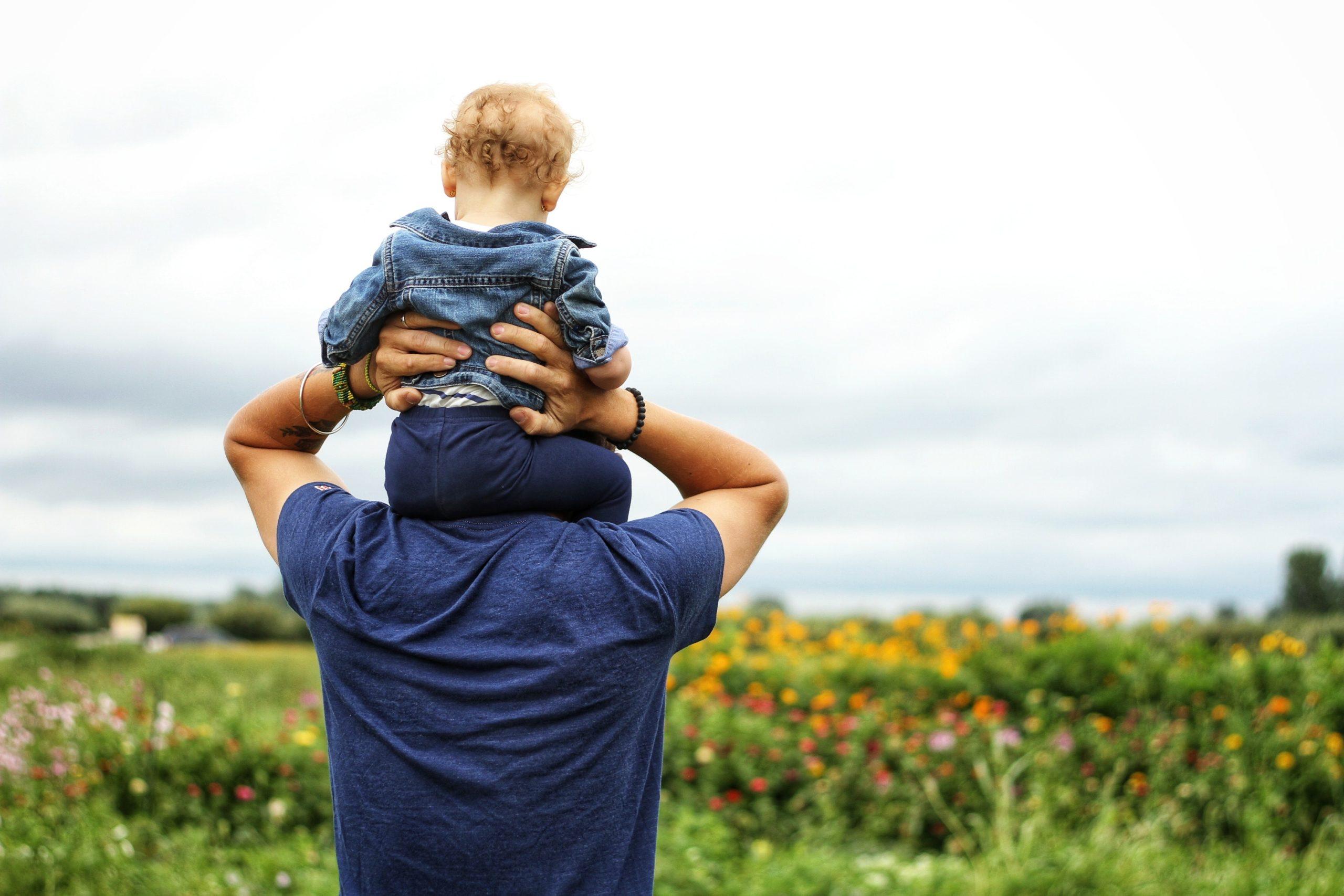 dziecko na ramionach rodzica