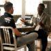 dwóch mężczyzn rozmawiających ze sobą przy stole