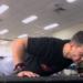 Rob Galea robi pompki na siłowni